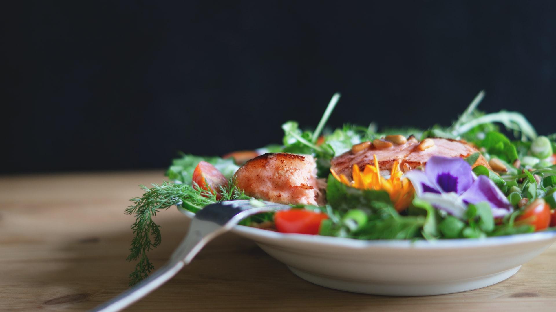 Insalata di pollo alla griglia con menta e pesche