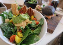merluzzo con insalata di avocado cetrioli e salsa di mango