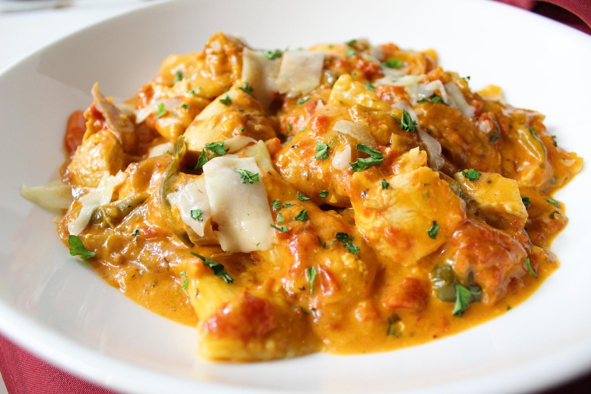 Pollo al curry con patate dolci e piselli