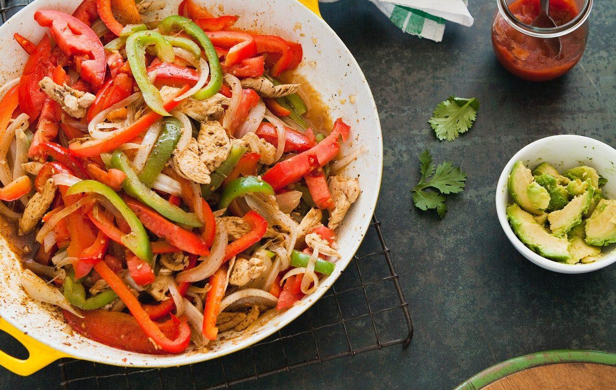 Pollo all'harissa con peperoni e feta