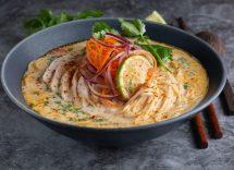 Salmone fresco con noodles thailandesi