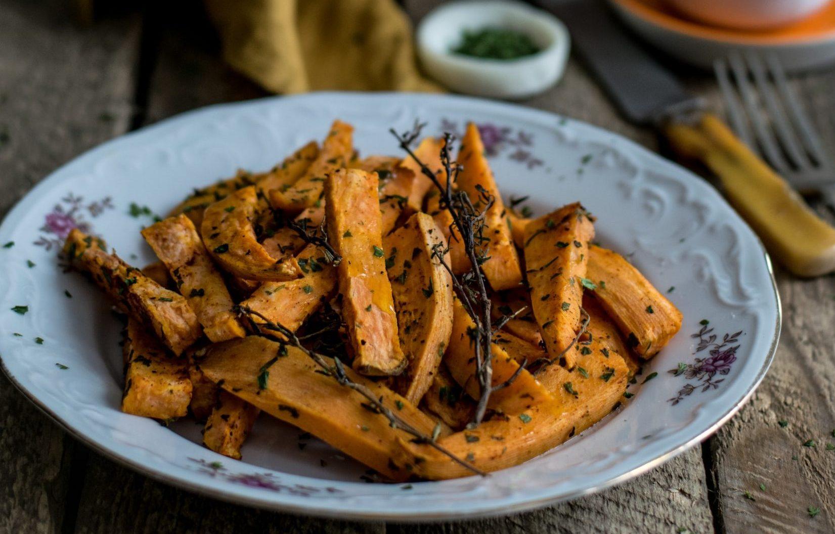 Salsiccia e patate dolci al forno