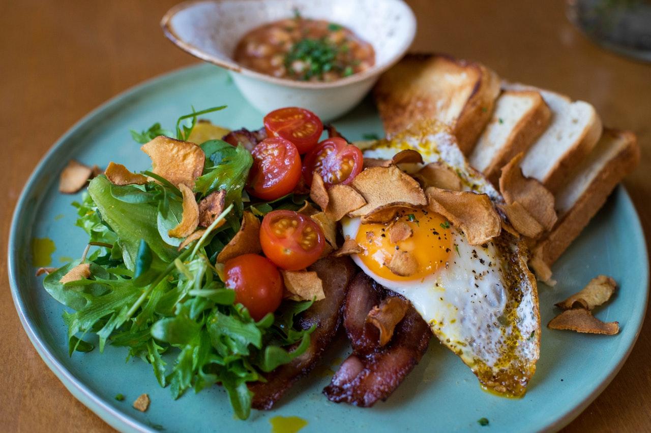 Uova con pomodoro e zucchine