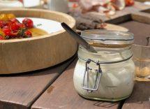 Vasetti di hummus e verdure