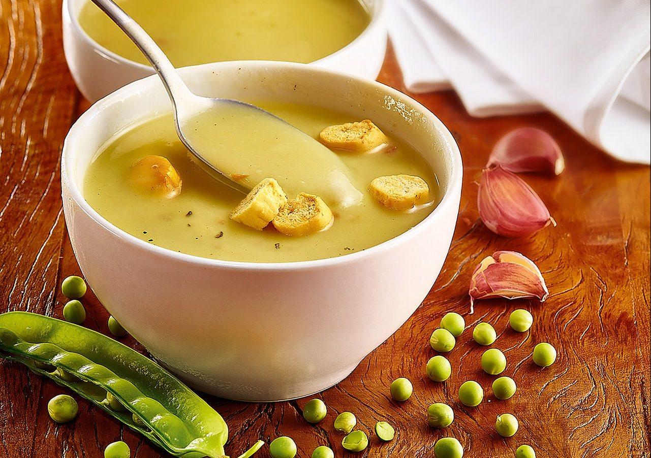 Zuppa di piselli e prosciutto cotto