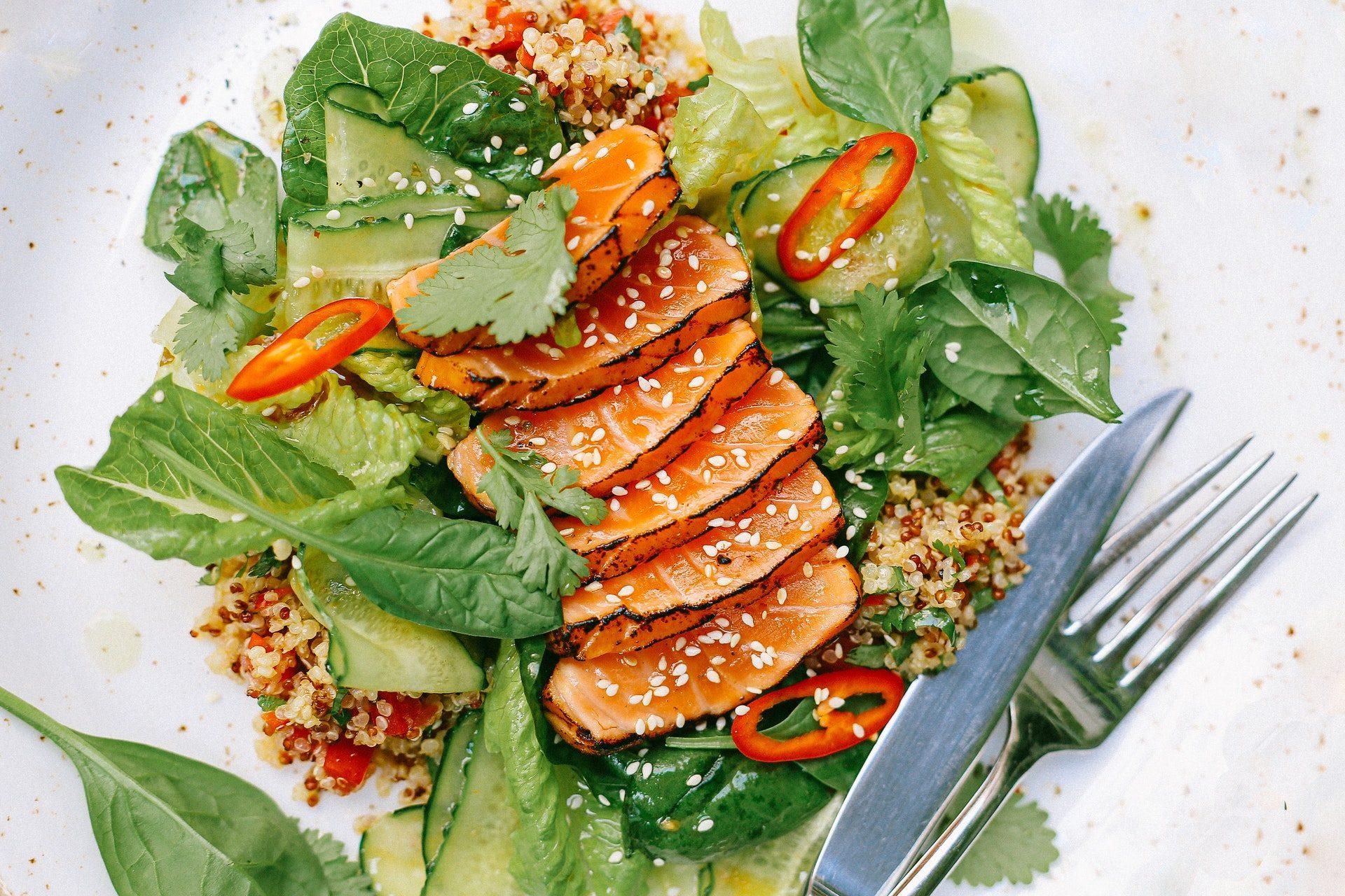 Insalata di salmone dell'orto