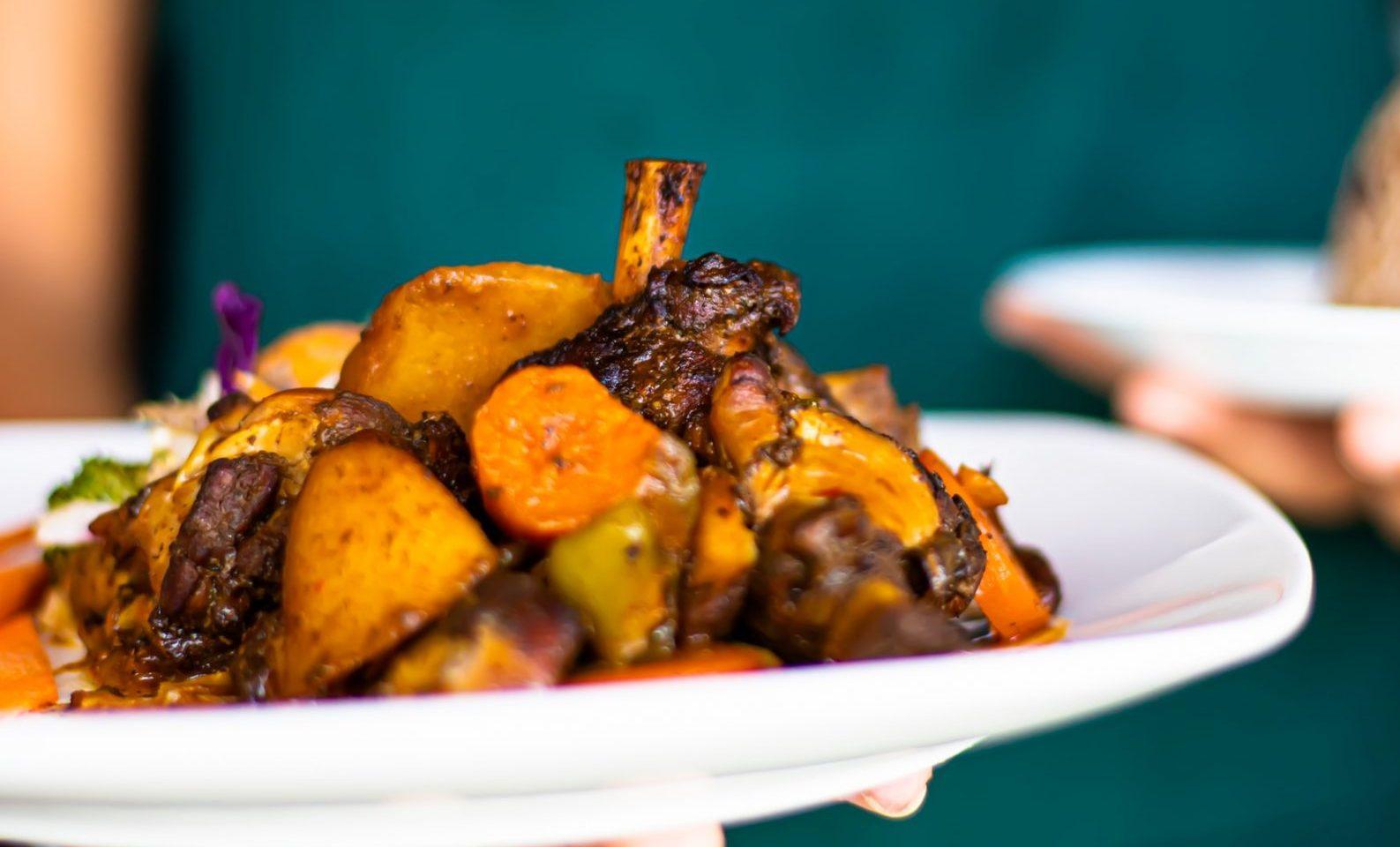 Maiale piccante con patate e ananas