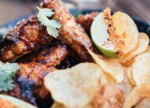 Pollo piccante al forno e patatine fritte