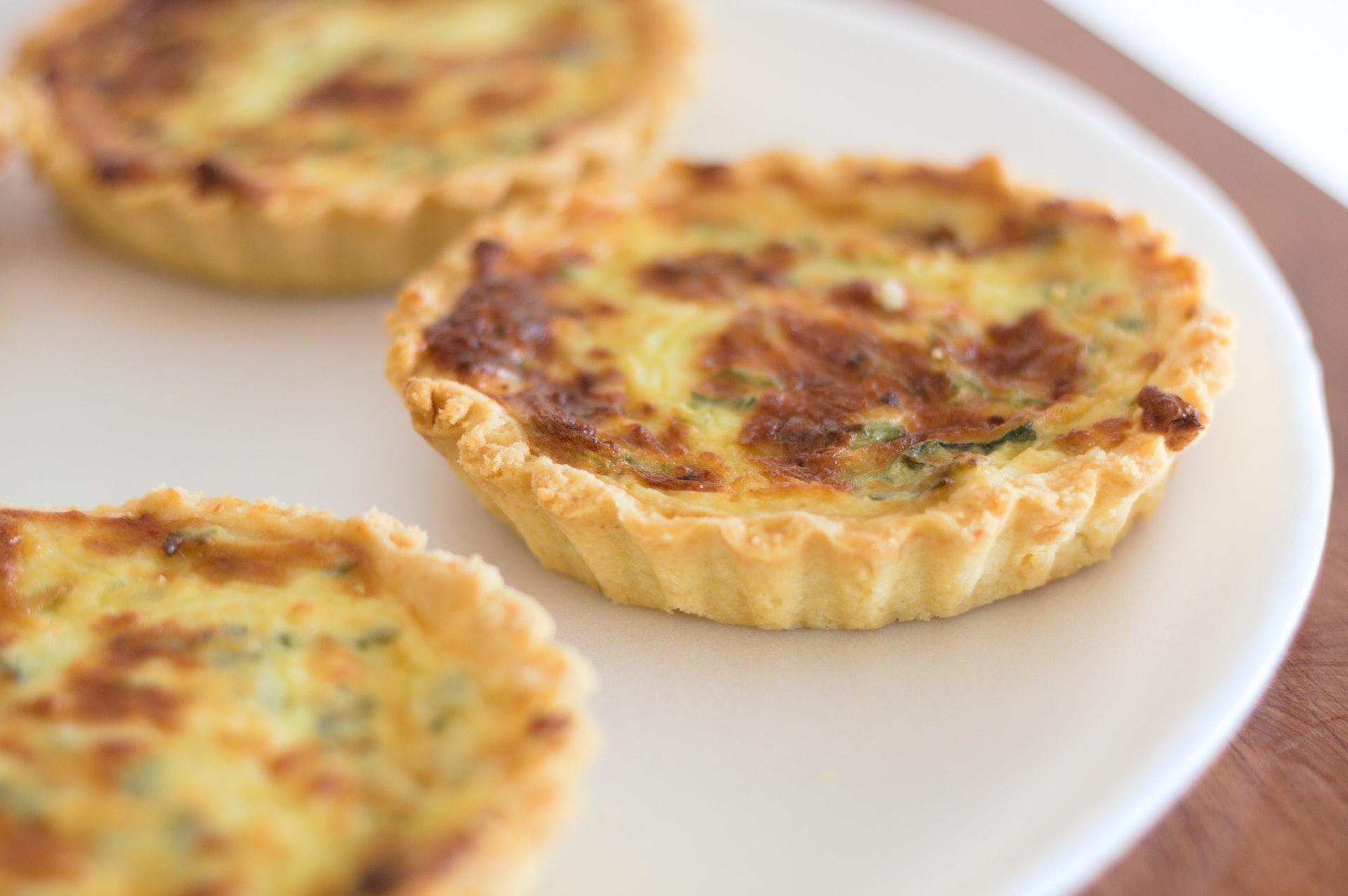 Quiches ripiene di pancetta, pomodorini e formaggio