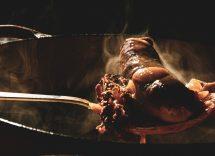 Salsiccia in casseruola con pangrattato all'aglio